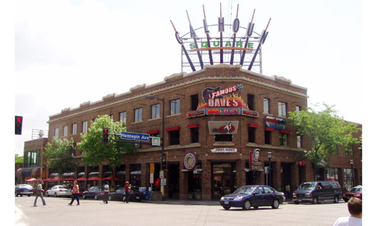 Famous Dave's Returns to Uptown